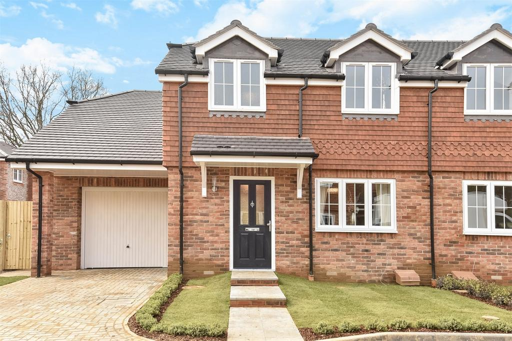 3 Bedrooms Semi Detached House for sale in Four Marks, Alton