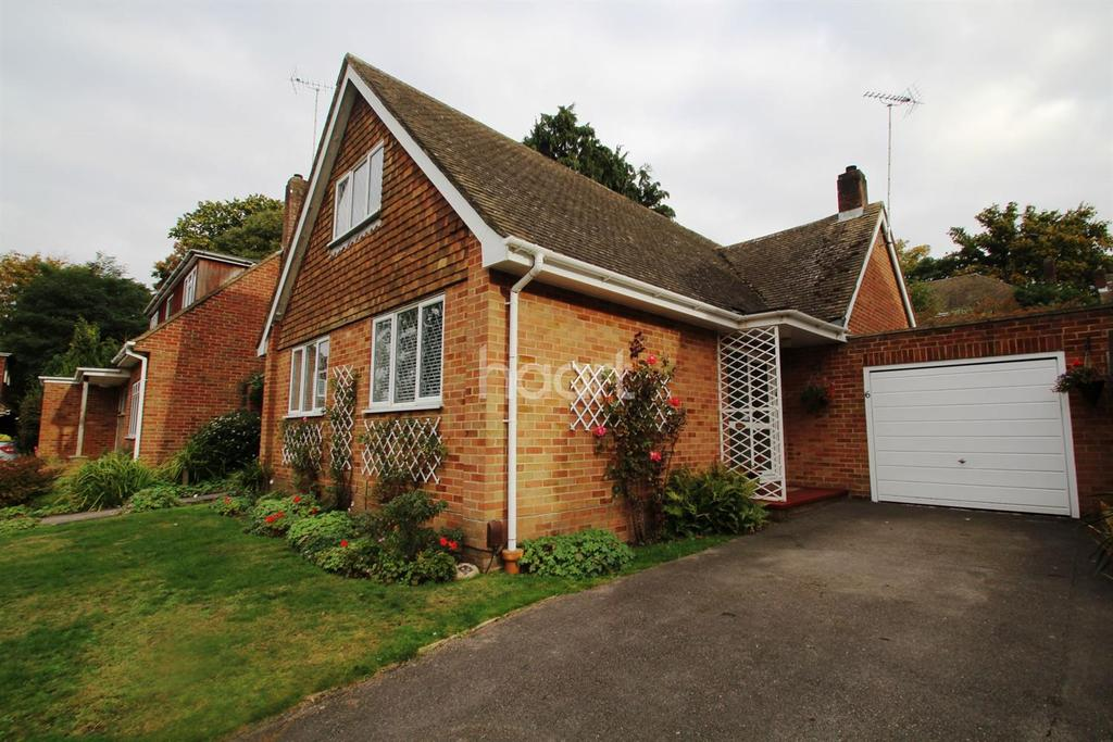 4 Bedrooms Bungalow for sale in Newlands, Fleet, Hampshire GU52 6TW
