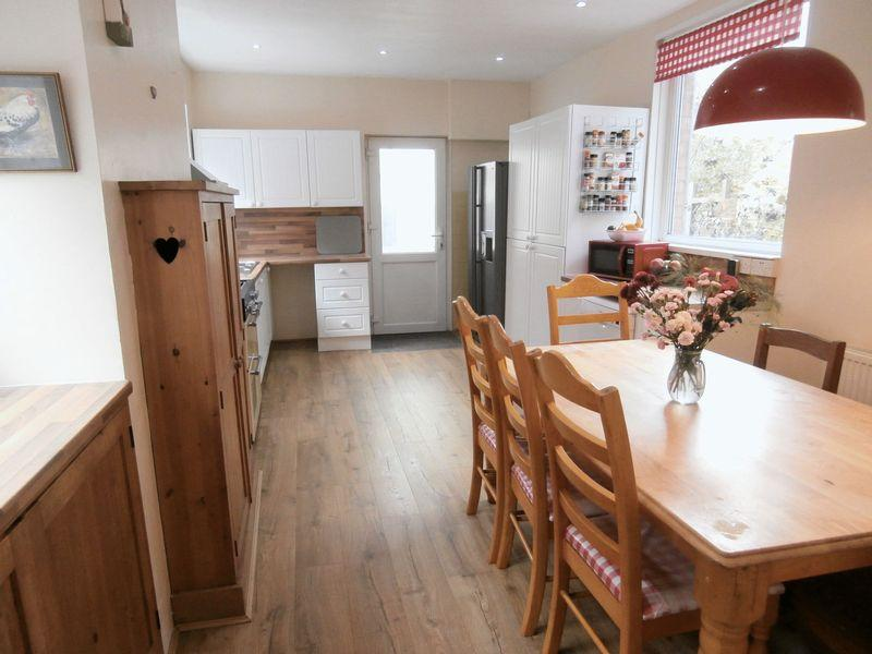 4 Bedrooms Terraced House for sale in Queen Street, Withernsea