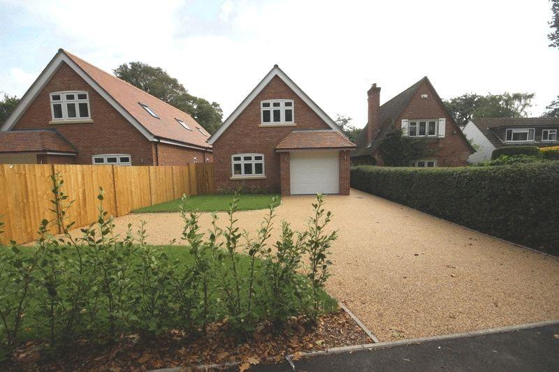 4 Bedrooms Detached House for sale in CHRISTCHURCH (BURTON)