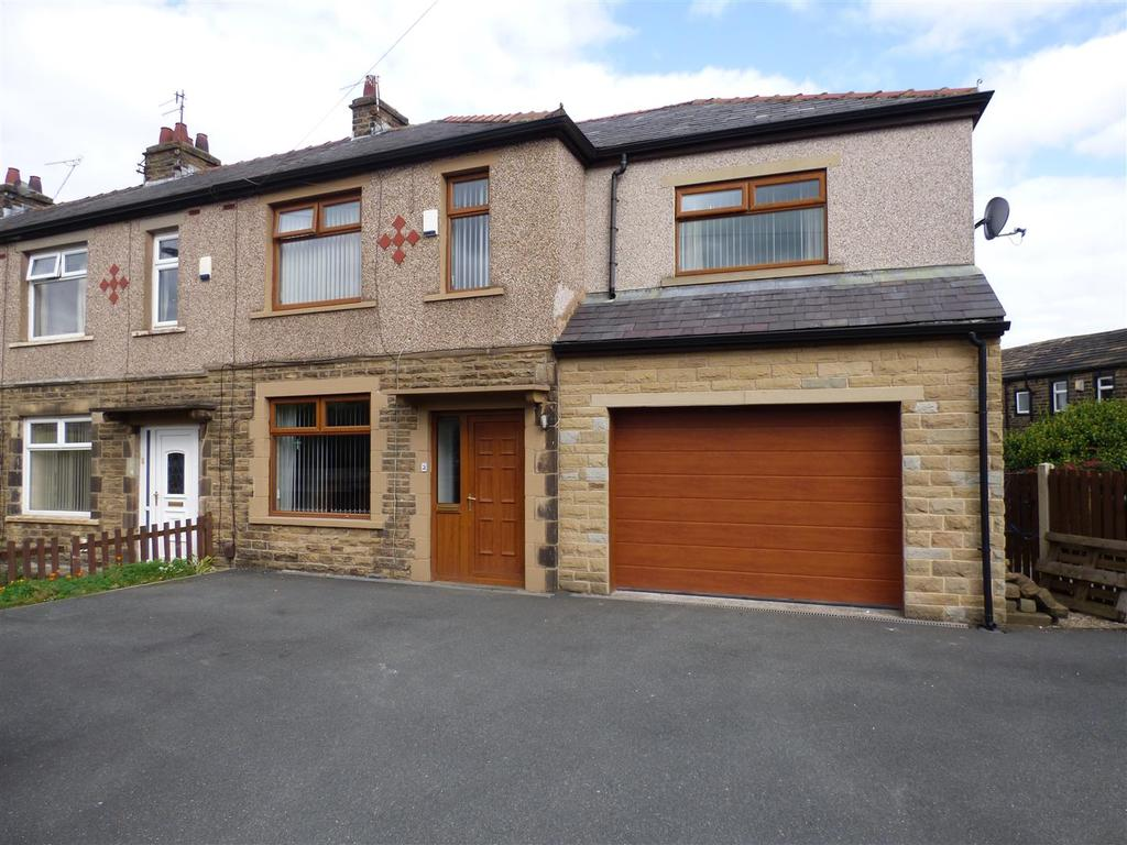 4 Bedrooms Town House for sale in Holly Park Drive, Hollingwood Lane, Bradford, BD7 4DA