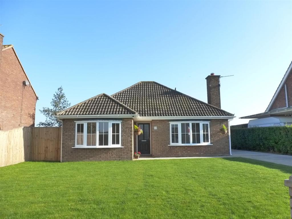 3 Bedrooms Bungalow for sale in Cissplatt Lane, Keelby, Grimsby