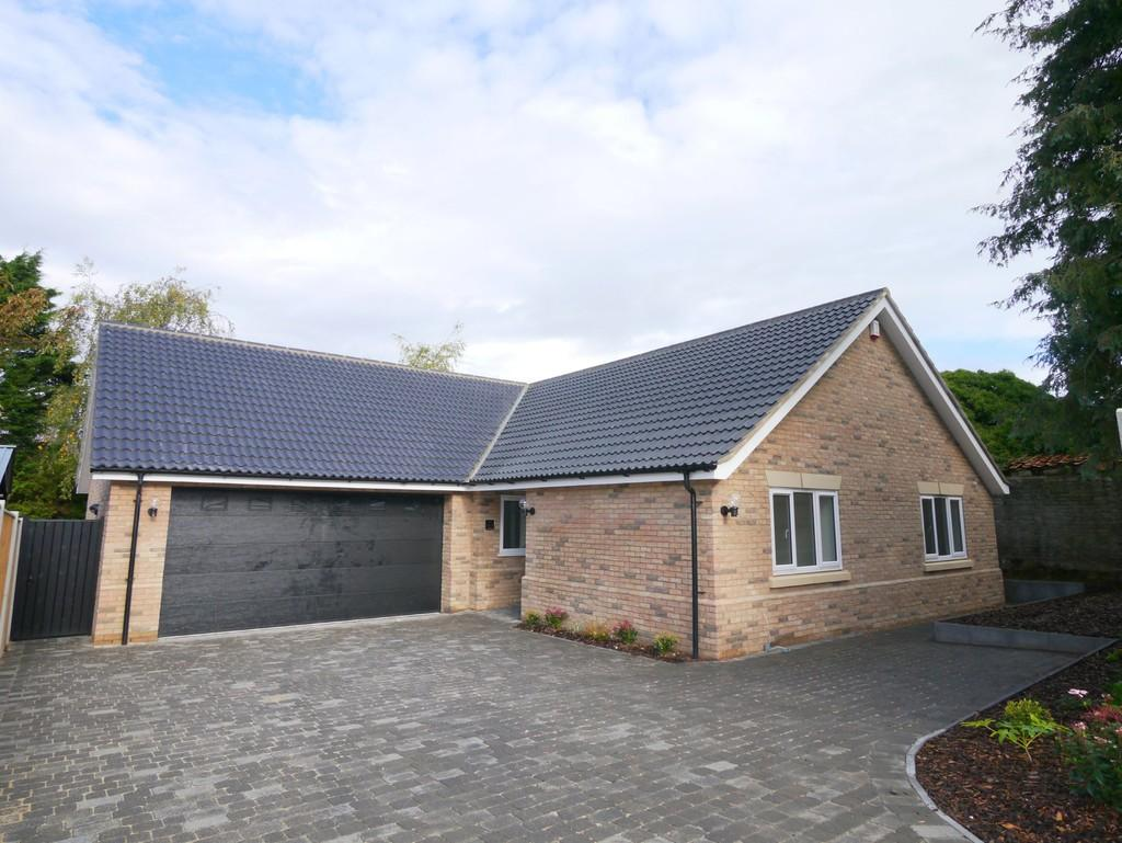 4 Bedrooms Detached Bungalow for sale in Fairfield Drive, South Oulton Broad, Lowestoft