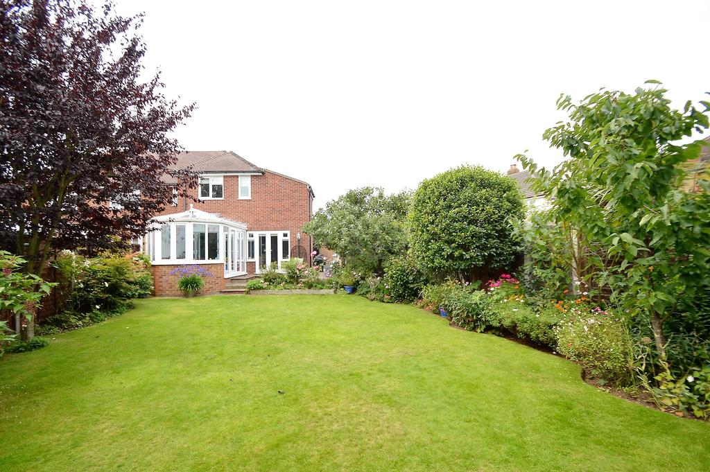 3 Bedrooms End Of Terrace House for sale in Cardinal Drive, WALTON ON THAMES KT12