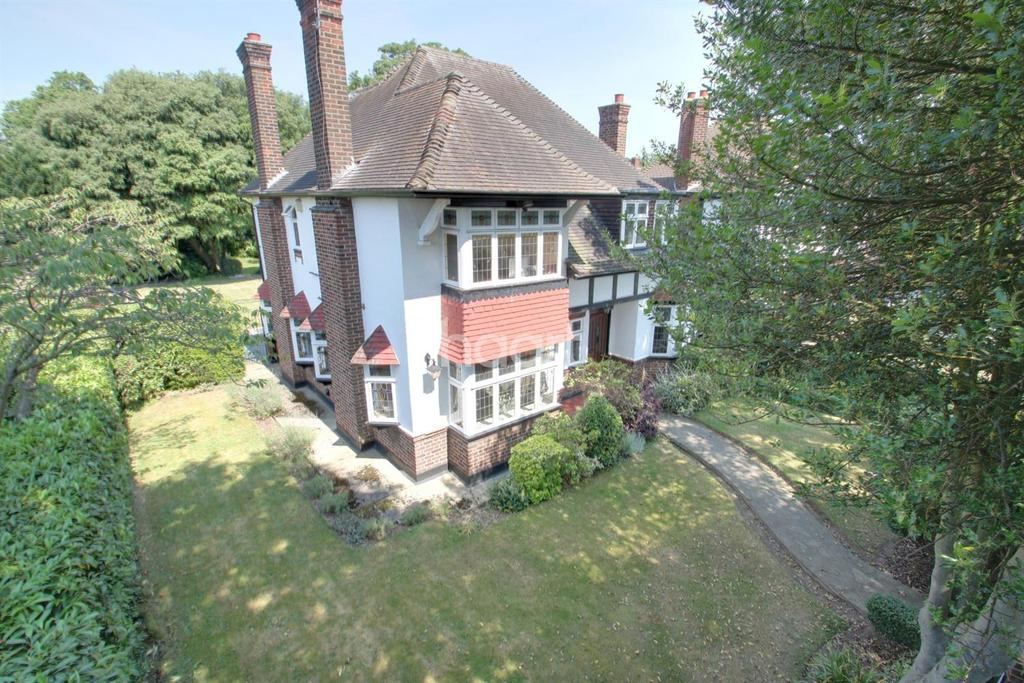 4 Bedrooms Detached House for sale in Gidea Close, Gidea Park
