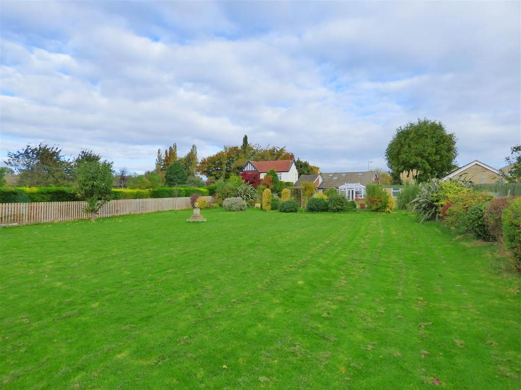 4 Bedrooms Detached Bungalow for sale in Halifax Road, Liversedge