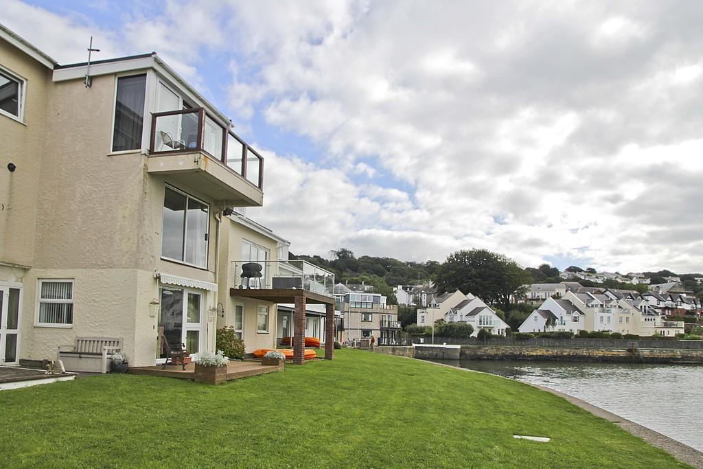 2 Bedrooms Apartment Flat for sale in Ffordd Glyder, Y Felinheli, North Wales