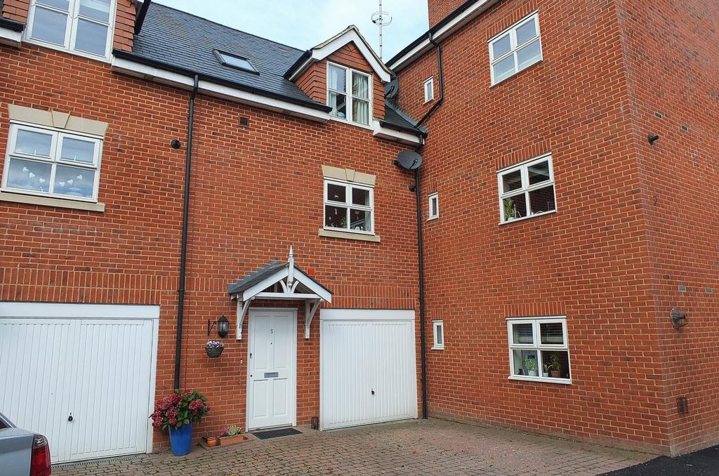 3 Bedrooms House for sale in Franklynn Road, Haywards Heath, RH16