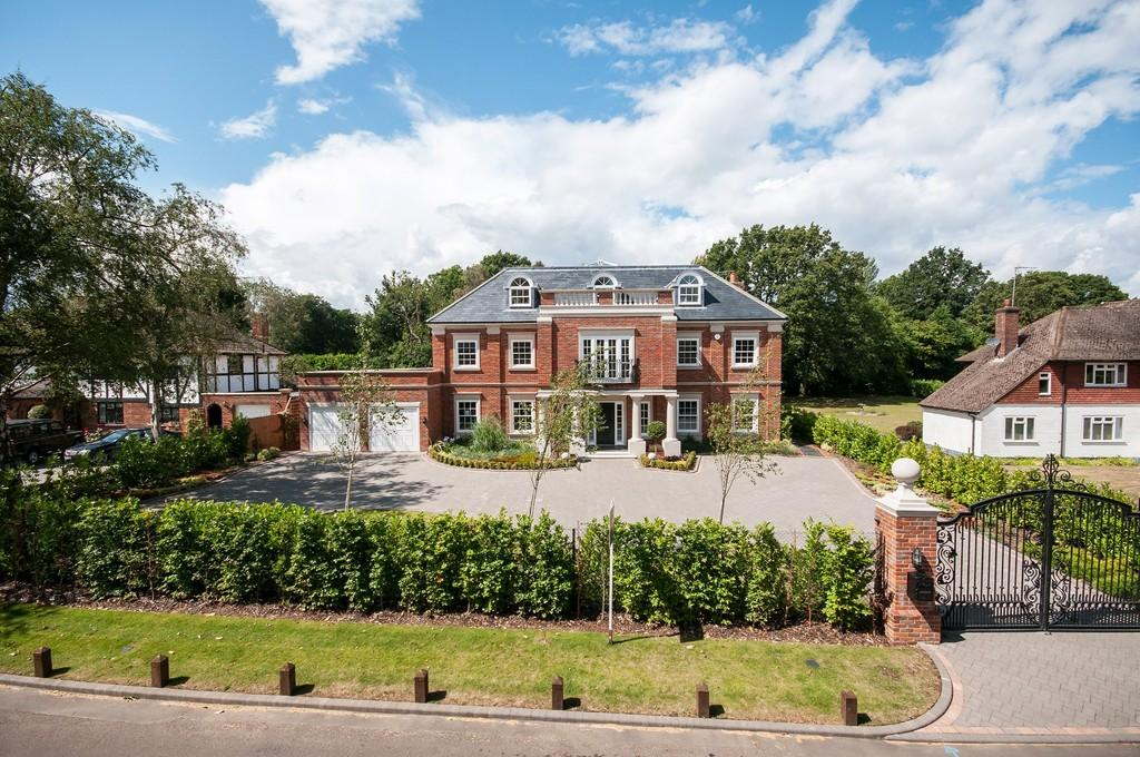 6 Bedrooms Detached House for sale in Sandy Lane, Kingswood
