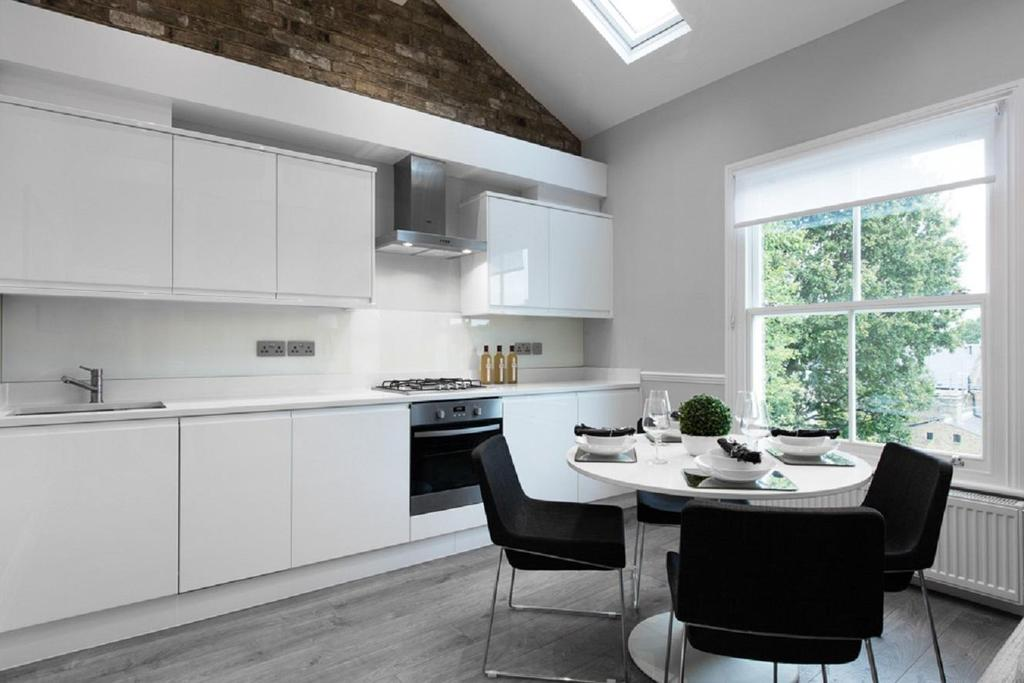 2 Bedrooms Flat for sale in Rosendale Road, West Dulwich, SE21
