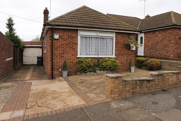 2 Bedrooms Bungalow for sale in Hillary Crescent, Luton, LU1