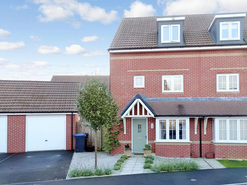 4 Bedrooms Semi Detached House for sale in Hawthorn Road, Melksham