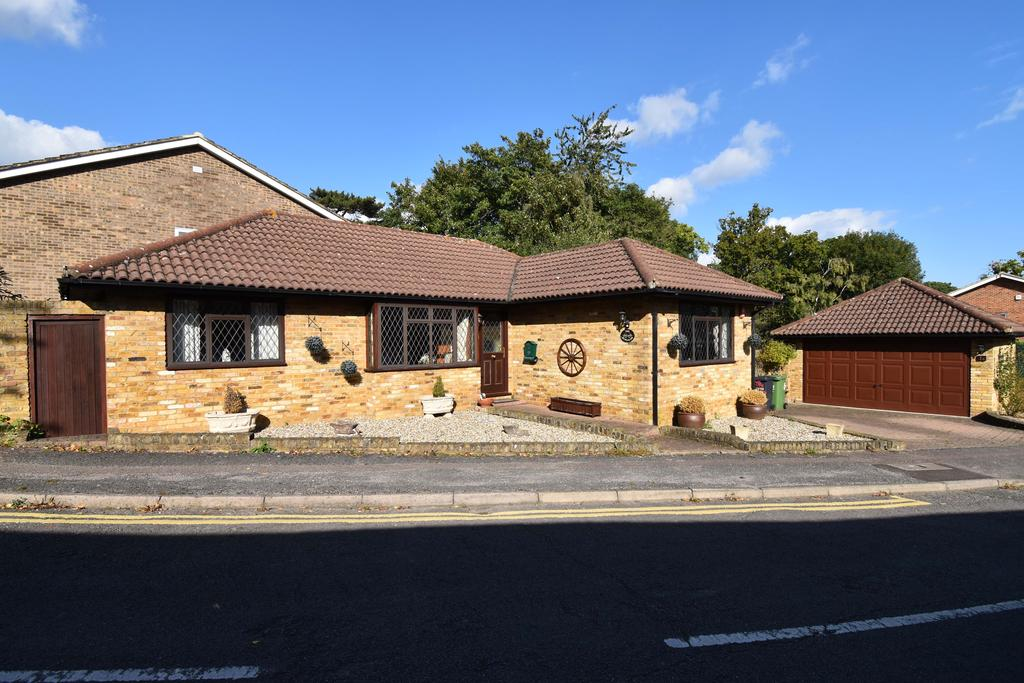 2 Bedrooms Detached Bungalow for sale in The Spinney, Broxbourne EN10