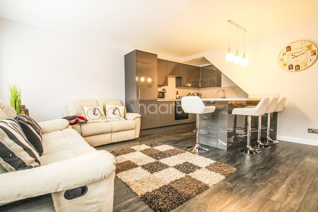 4 Bedrooms Maisonette Flat for sale in Sawkins Close, Southfields