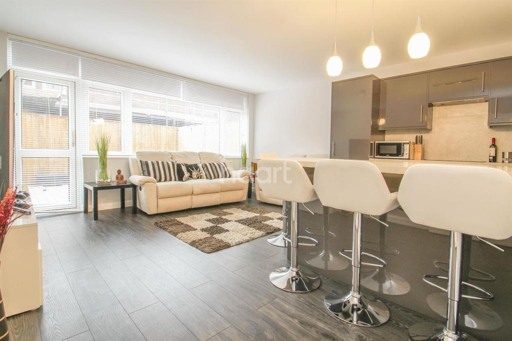 4 Bedrooms Maisonette Flat for sale in Sawkins Close, Southfields