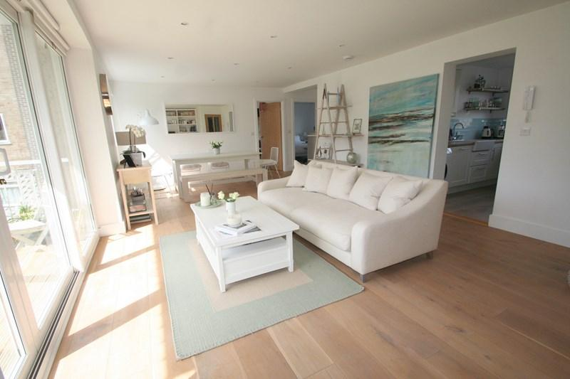2 Bedrooms Flat for sale in Admirals Court, Hamble, Southampton