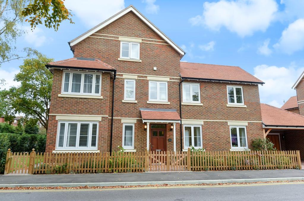 5 Bedrooms Detached House for sale in Kingslea, Horsham, RH13