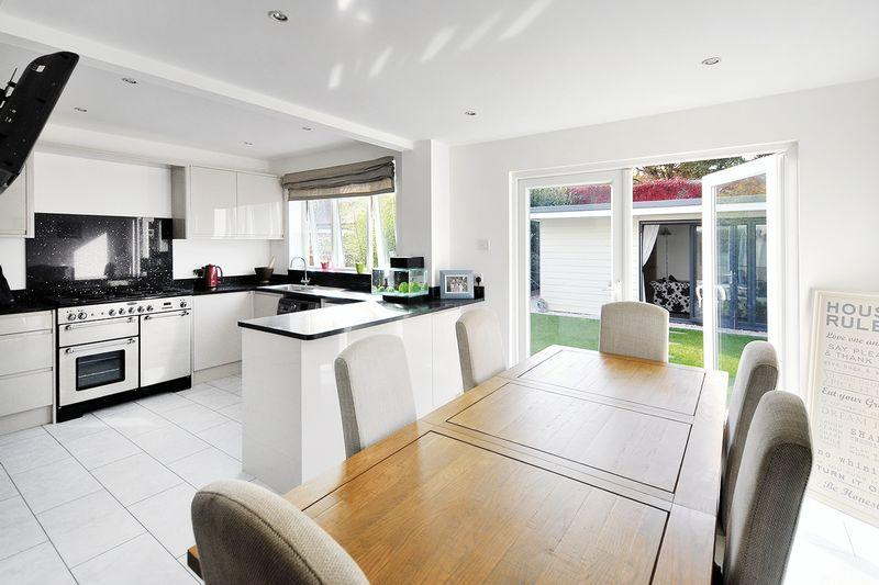 4 Bedrooms Chalet House for sale in Livesay Crescent, Worthing