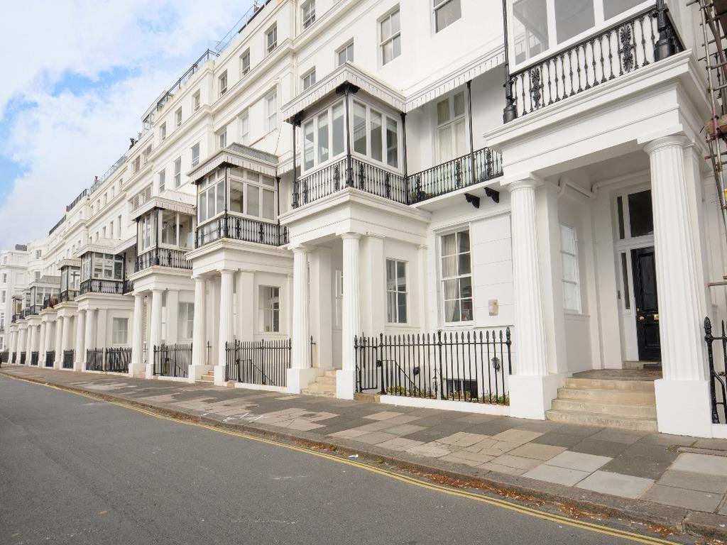 2 Bedrooms Flat for sale in Chichester Terrace Brighton East Sussex BN2