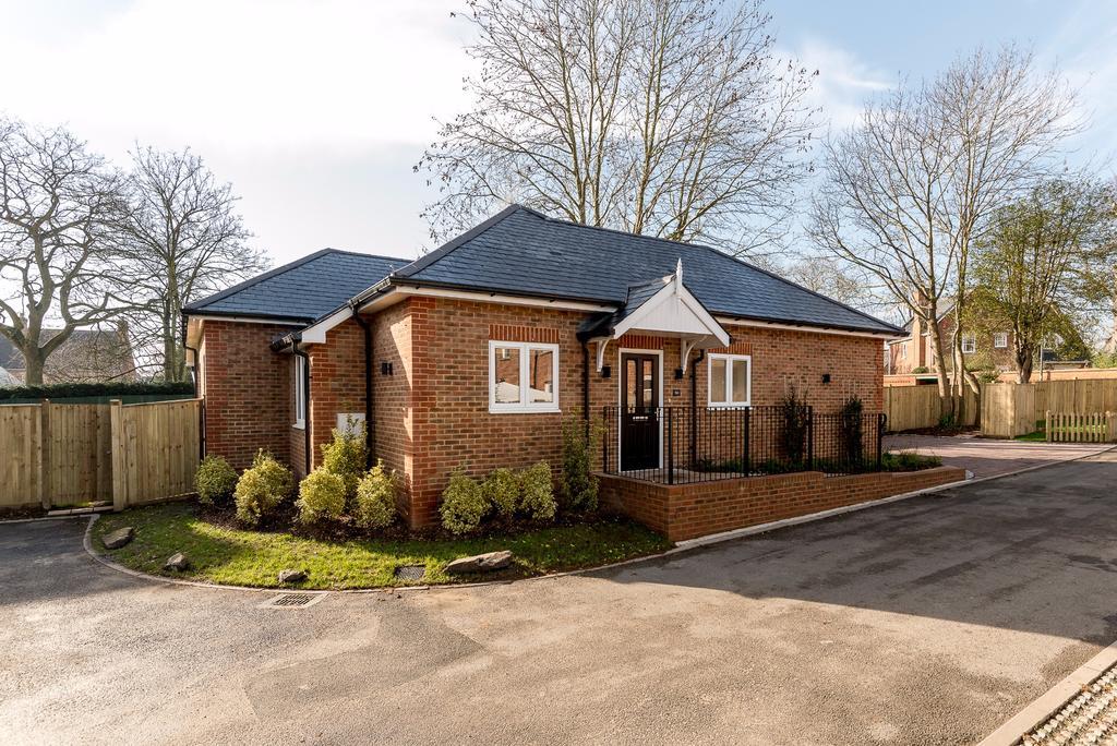 2 Bedrooms Detached Bungalow for sale in Virginia Water