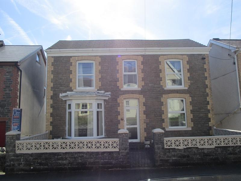 3 Bedrooms Detached House for sale in Clare Road, Ystalyfera, Swansea.