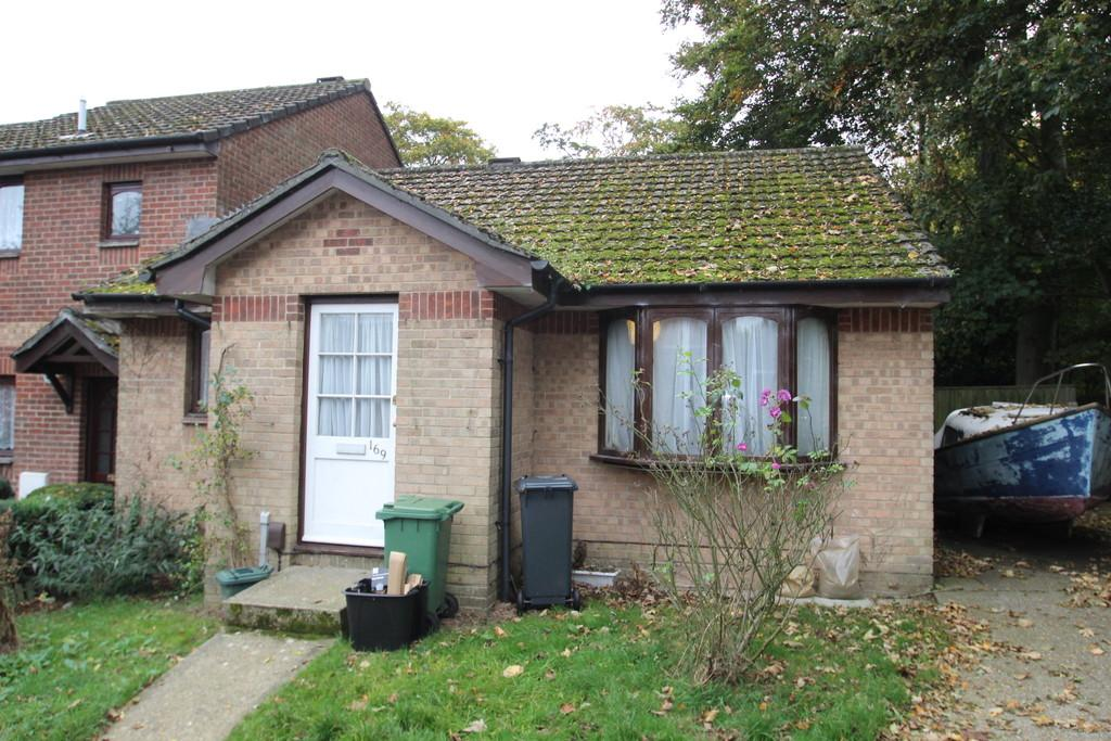2 Bedrooms Semi Detached Bungalow for sale in Mary Rose Avenue, Wootton Bridge