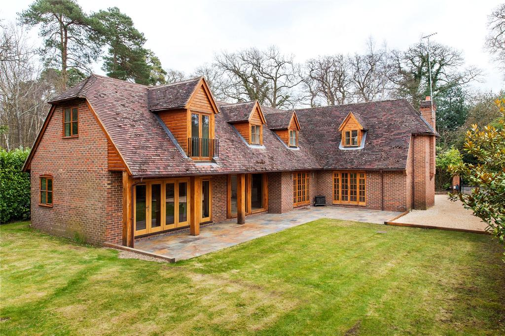 5 Bedrooms Detached House for sale in St. Neots Road, Eversley, Hook, Hampshire