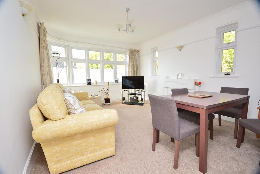 3 Bedrooms Apartment Flat for sale in Hill Court, Main Road, Romford, RM1