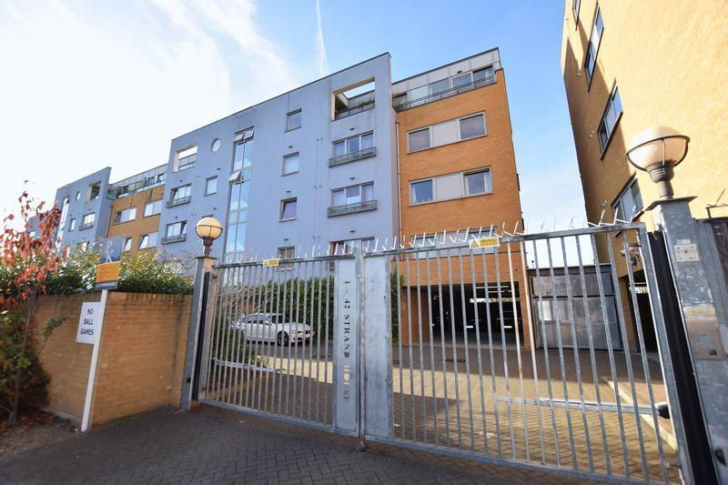 2 Bedrooms Apartment Flat for sale in Merbury Close,West Thamesmead