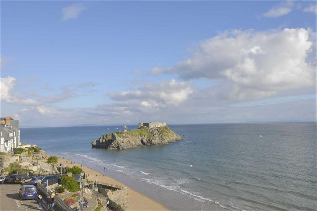 3 Bedrooms Flat for sale in 6, Paragon Court, Tenby, Dyfed, SA70