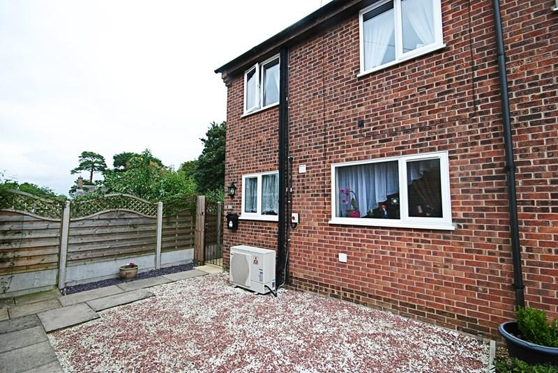 3 Bedrooms Semi Detached House for sale in Rectory Close, Long Stratton, Norwich