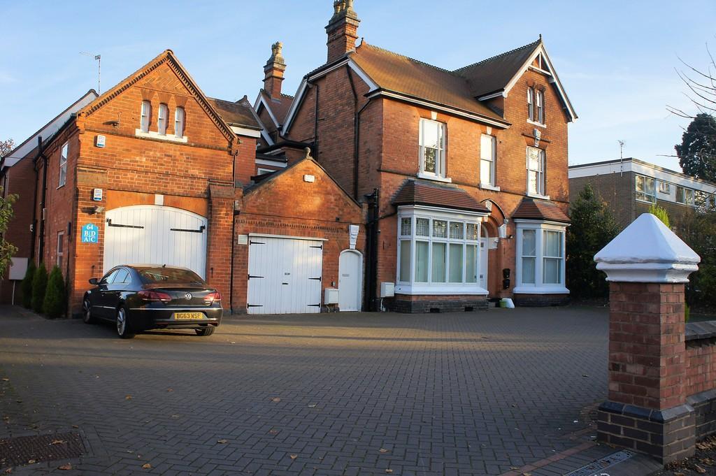 3 Bedrooms Apartment Flat for sale in Kineton Lodge, St Bernards Road, Solihull, B92 7BA