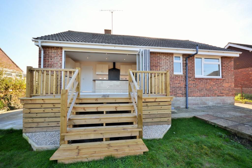 2 Bedrooms Detached Bungalow for sale in St. Marys Road, Brading