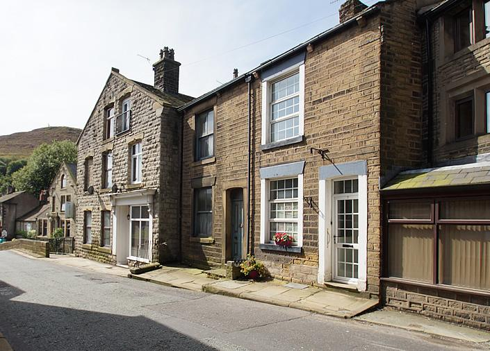 3 Bedrooms Terraced House for sale in Delph OL3