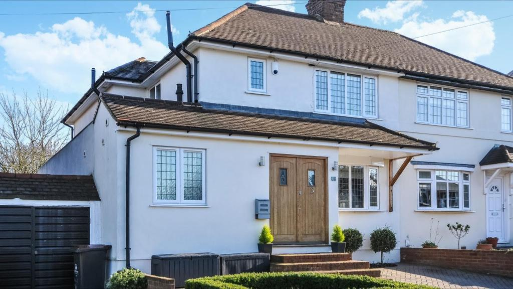 3 Bedrooms Semi Detached House for sale in Hambro Avenue, Hayes, BR2