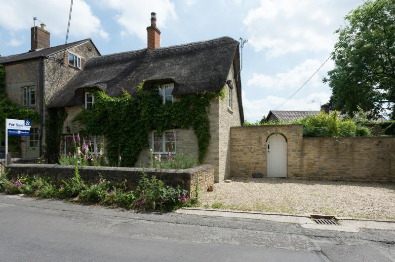 3 Bedrooms Terraced House for sale in Clown View Cottage, Bushey Row, Bampton, Oxfordshire