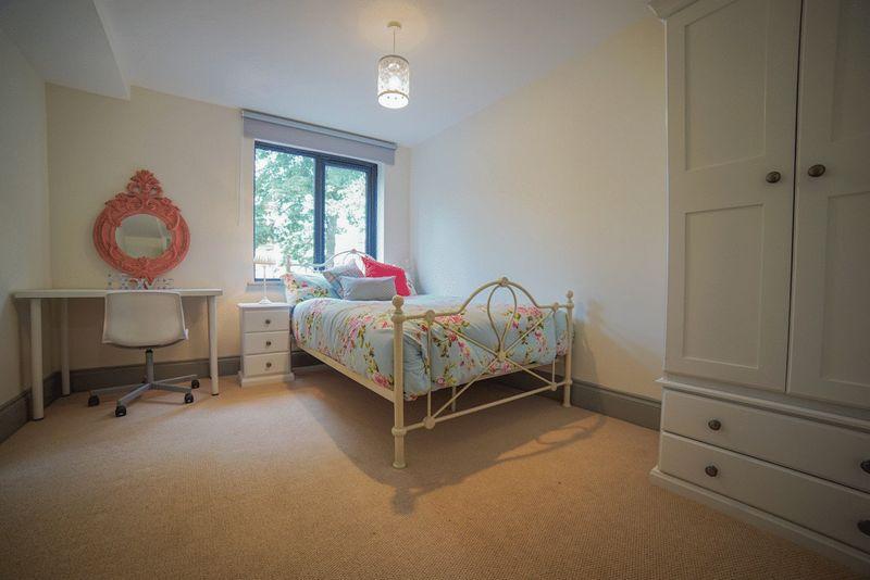 8 Bedrooms Apartment Flat