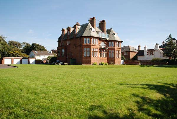 3 Bedrooms Flat for sale in Flat 4, Wellsbourne House, 5 Savoy Park, Ayr, KA7 2XA