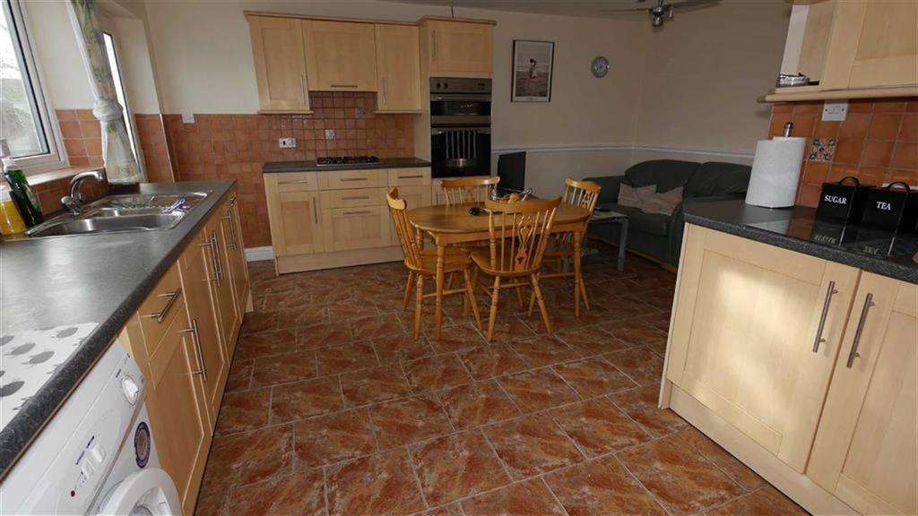 3 Bedrooms Semi Detached Bungalow for sale in Chester Road, Pentre, Deeside, Flintshire