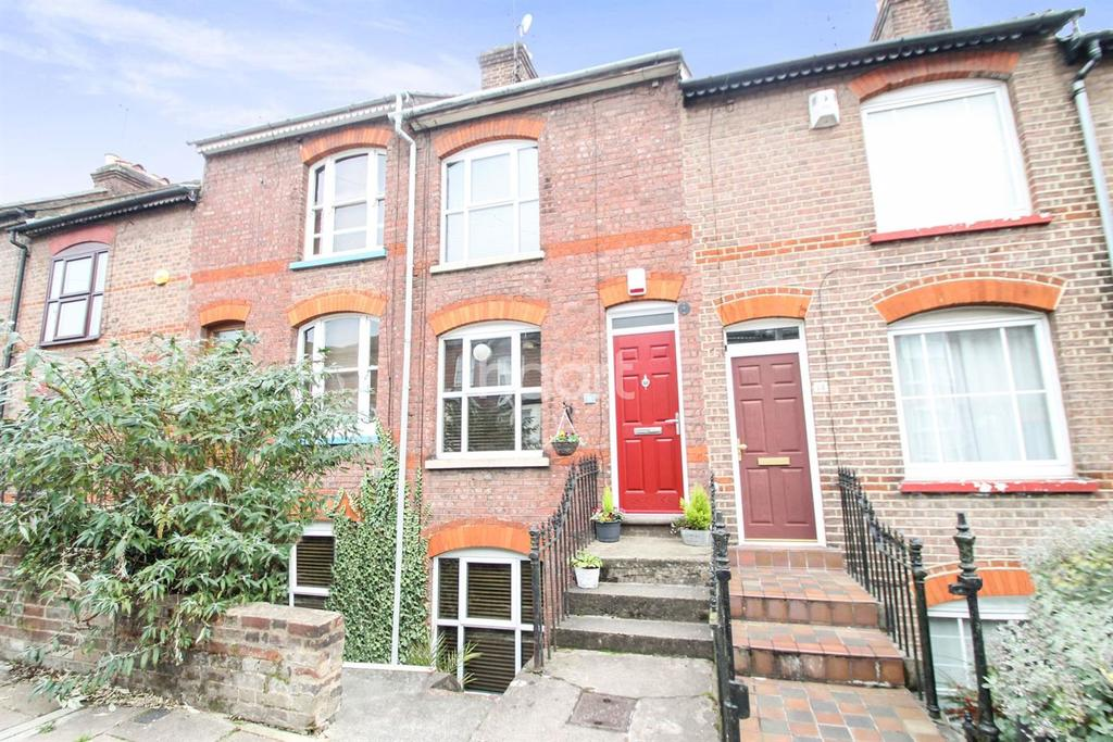 3 Bedrooms Terraced House for sale in Close to Town Centre