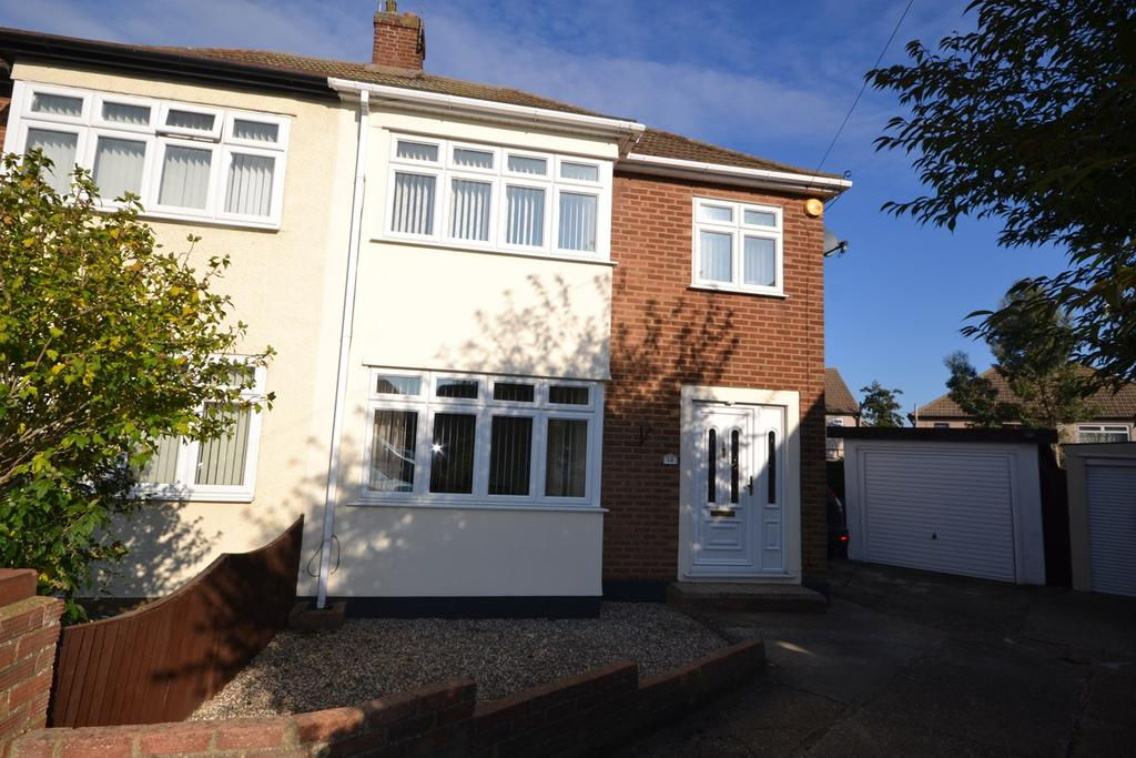 3 Bedrooms Semi Detached House for sale in Lulworth Close, Stanford-le-Hope, SS17
