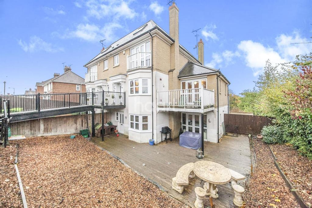 3 Bedrooms Semi Detached House for sale in Mile End Road, Colchester, CO4