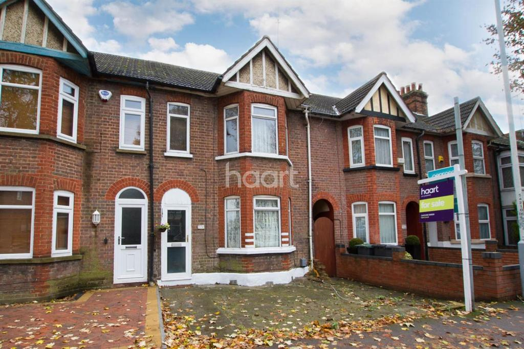 3 Bedrooms Terraced House for sale in Within 1/2 a mile of the main line train station