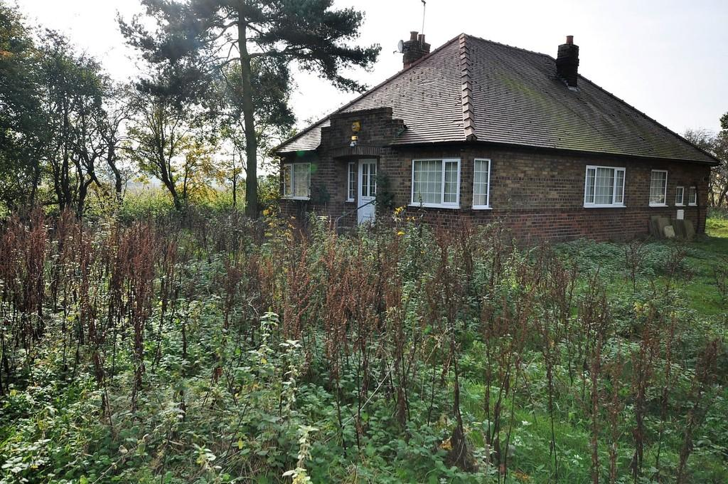4 Bedrooms Detached Bungalow for sale in Bawtry Road, Hatfield Woodhouse, Doncaster