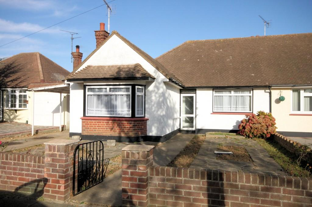 2 Bedrooms Semi Detached Bungalow for sale in Meadow Drive, Thorpe Bay