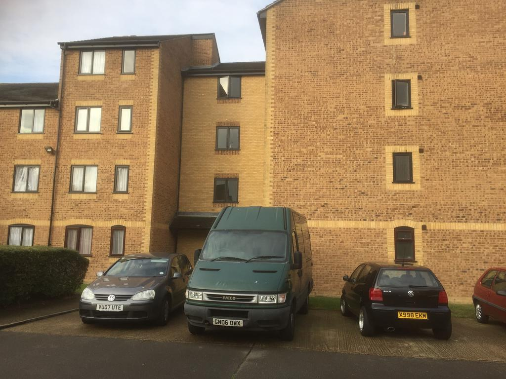 2 Bedrooms Flat for sale in Burket Close, Southall UB2