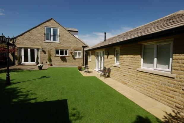 4 Bedrooms Detached House for sale in The Crescent Southowram Halifax