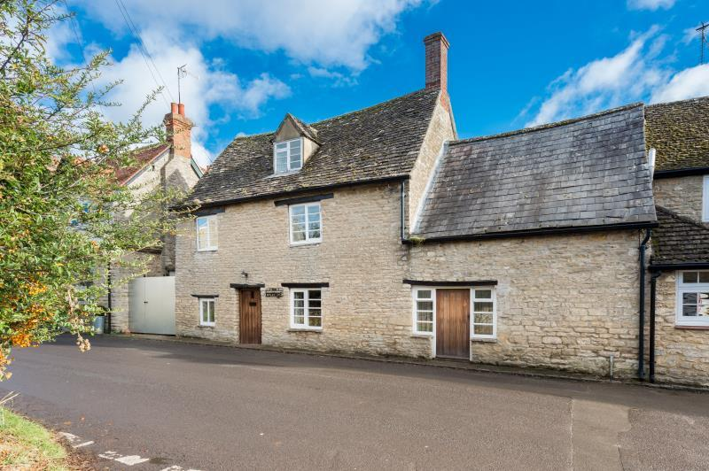 3 Bedrooms Semi Detached House for sale in The Cottage, The Cross, Church Street, Stonesfield, Oxfordshire