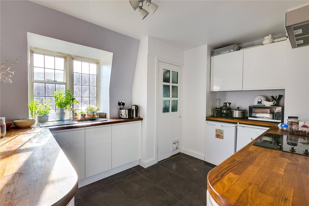 3 Bedrooms Flat for sale in Highlands Heath, Portsmouth Road, Putney, London