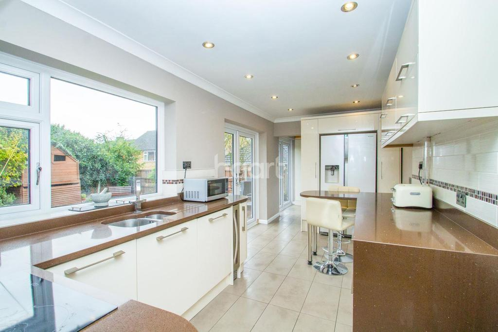 4 Bedrooms Detached House for sale in South Benfleet